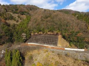 崖崩れ防止擁壁(ようへき)の工事完成写真をドローン空撮